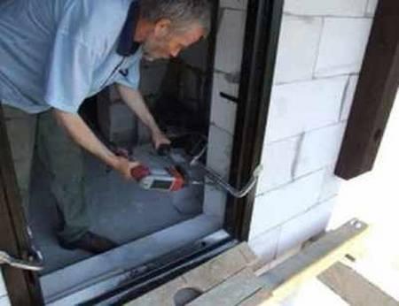 металлическая дверь в проем из газобетона
